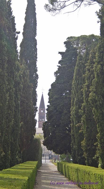 Weg zur Dorfkirche