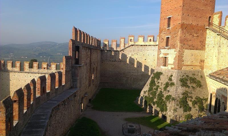 toller Schatten auf der Burgmauer