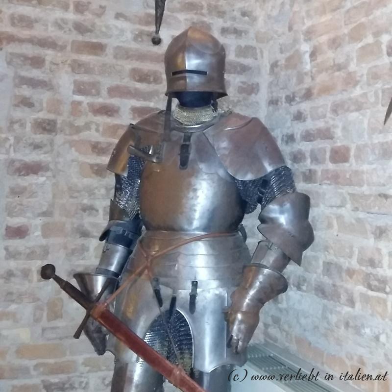 ein Ritter wacht im Speisezimmer