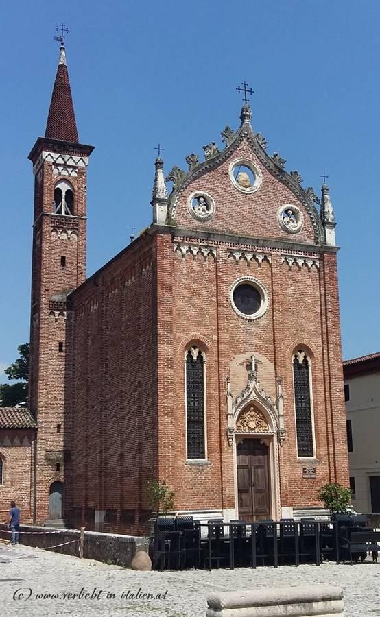Kirche zwischen Schloss und Parkplatz