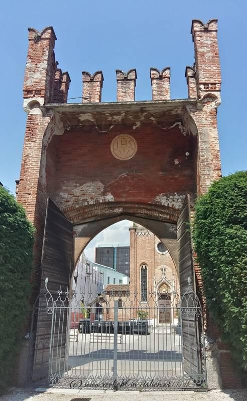 Schlosstor zur Kirche hin