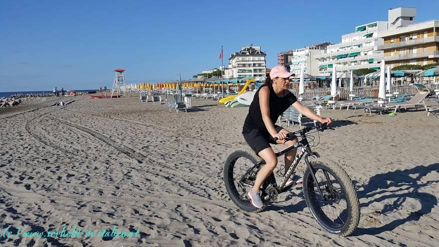 Radeln am fast menschenleeren Strand