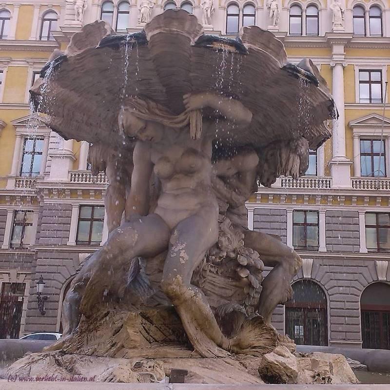 Fontana dei Tritoni - Brunnenseite - weiblich