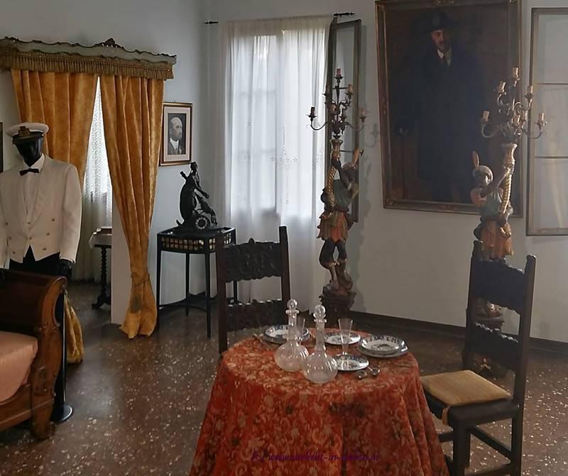 Ausstellungszimmer mit Tisch