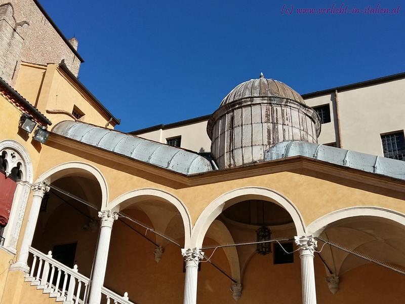 Treppenaufgang im Hinterhof vom Palazzo Ducale Estense