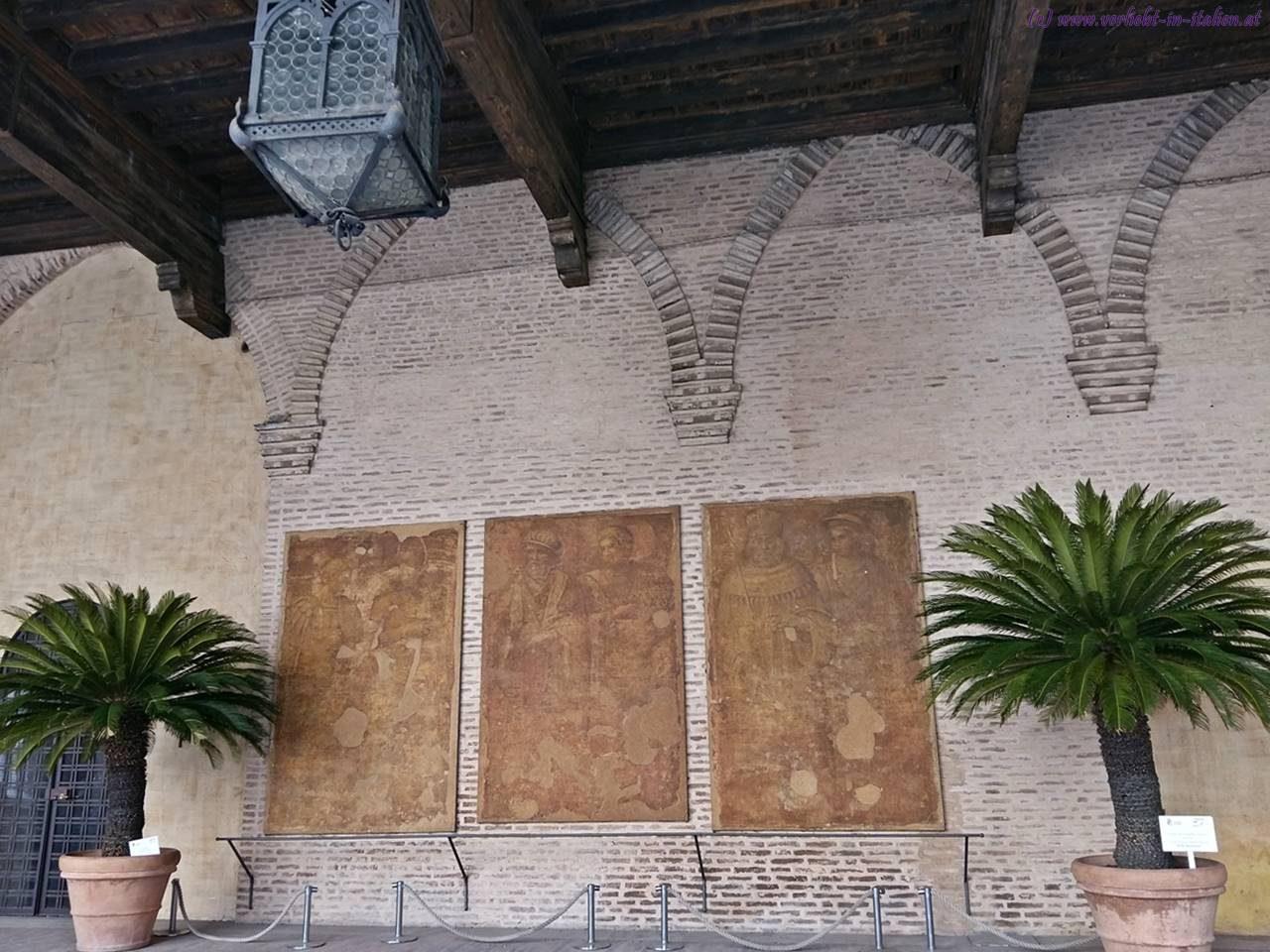 Wandtafeln im Innenhof