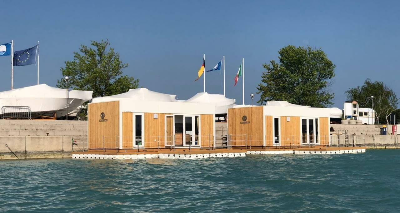Floating Resort vom Wasser aus