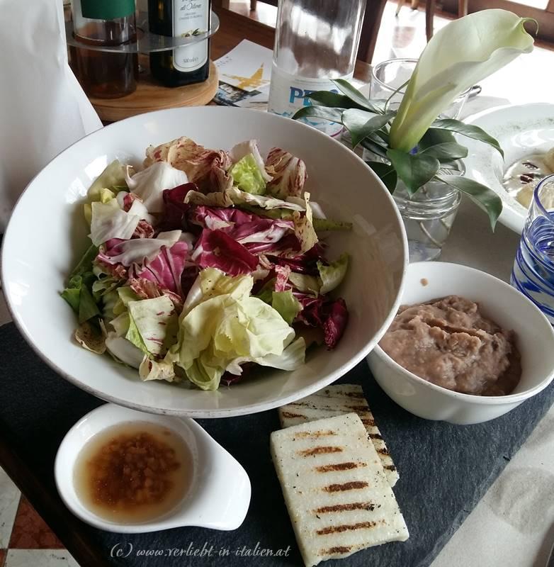 Salat mit Bohnencreme und Speck