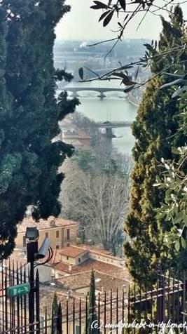 Was uns im Hotel sehr ans Herz gelegt wurde, ist der Auf- oder Abstieg zum Castel San Pietro; schon allein um diese Aussicht auf Verona nicht zu versäumen! Auch hier hatten die Österreicher die Hand im Speil: das Castel San Pietro und auch das Castel San Felice gleich in Sichtweite sind verbunden durch den Park der Colombare und Torricelle. Wir entschieden uns, mit der Bahn hinaufzufahren und dann langsam - wie von Zauberhand gezogen - uns per pedes dem Stadtzentrum zu nähern.Mit 2 Euro pro Nase kommt mir als Salzburgerin der Preis praktisch wie ein Geschenk vor!
