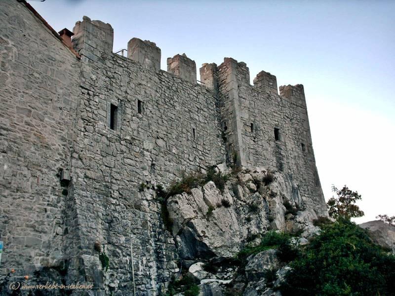 Mauer und Fels
