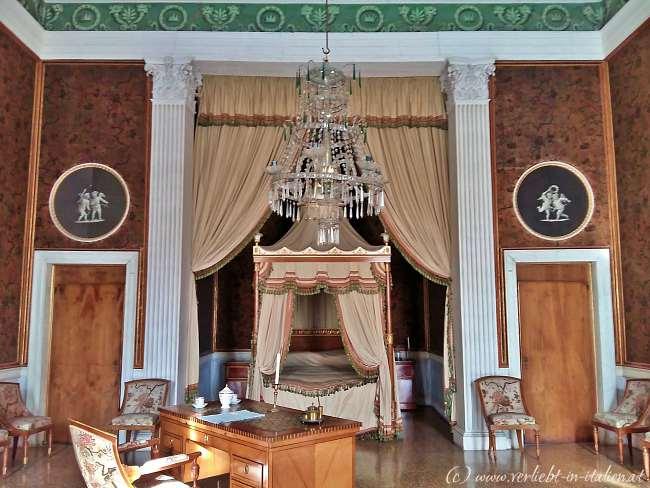 Schlafzimmer mit 2 Türen